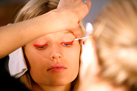 red eyeliner dereklam
