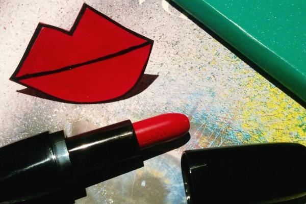 l-o-v-lipstick-christinas-red