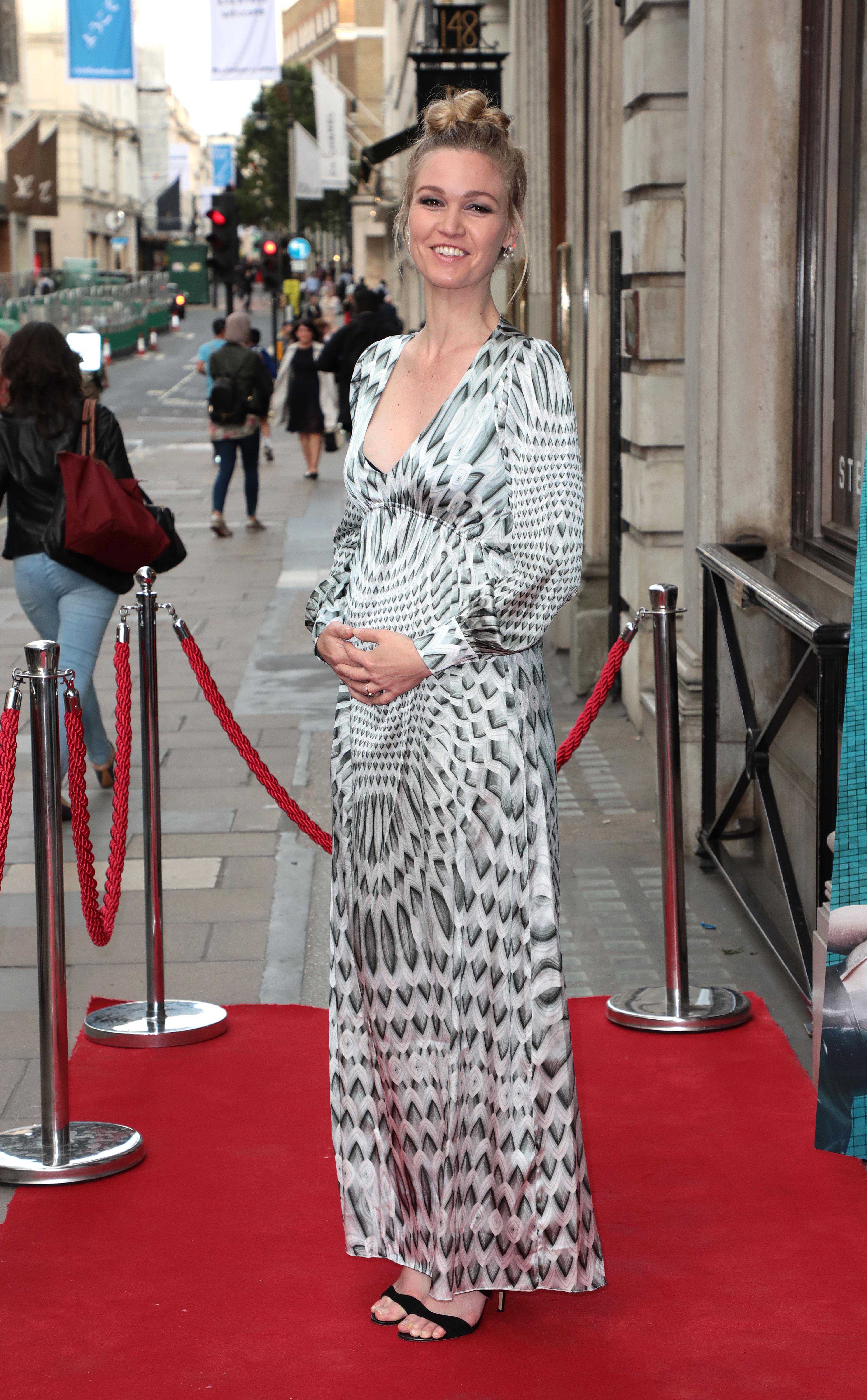 Julia Stiles pregnancy style